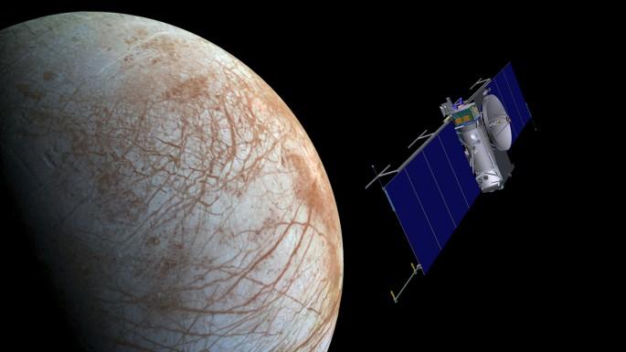 목성 위성 유로파 상공을 저공비행하는 탐사선
